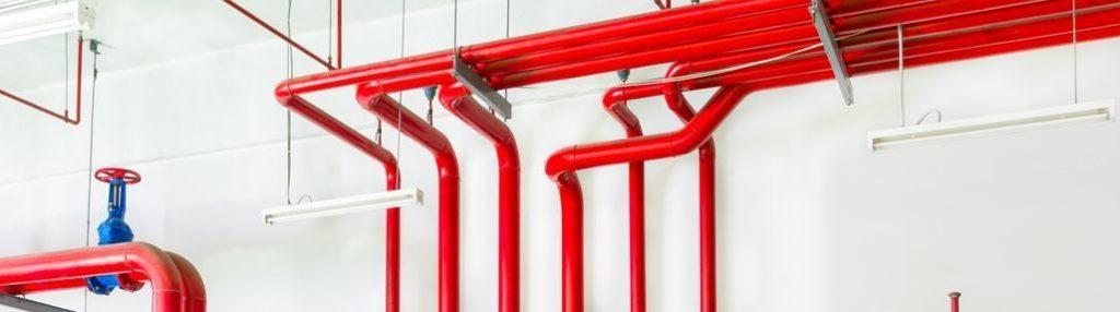 красные пожарные трубы