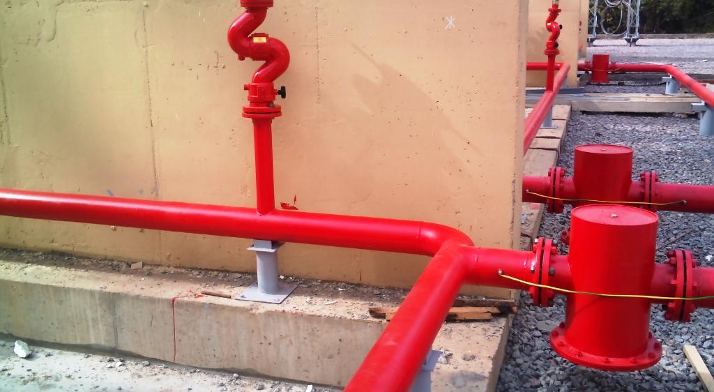 красная пожарная труба