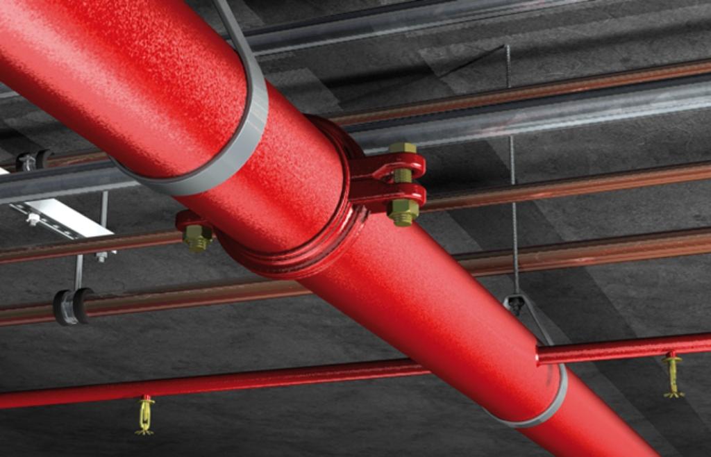 труба под потолком